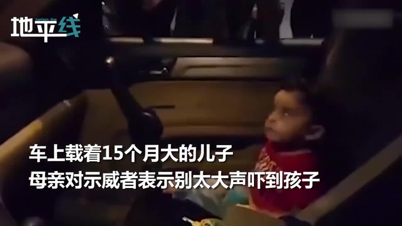 视频-暖心!黎巴嫩示威者怕吓到车里的宝宝 集体唱