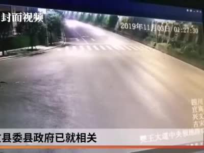 监控视频:四川宜宾山体突发滑坡  货车急拐弯完美避险
