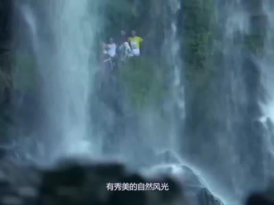 一座挂在瀑布上的千年古镇