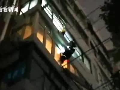 视频|女子独自在家死拽老化掉落窗户 消防及时排险