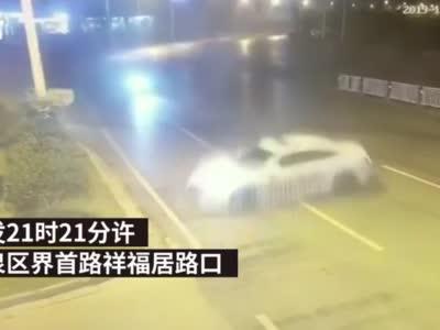 """不要命了吗!安徽#轿车市区飙到177码#:乘客刚喊完""""慢点""""就翻车"""