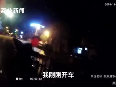 视频-司机醉驾撞坏护栏 扶正后向护栏鞠躬道歉