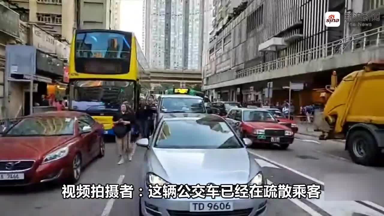 视频:港警开枪击倒围攻并试图夺枪的暴徒