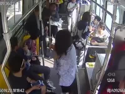 为几张报纸男子被一路追打,情急之下跑上公交车喊报警
