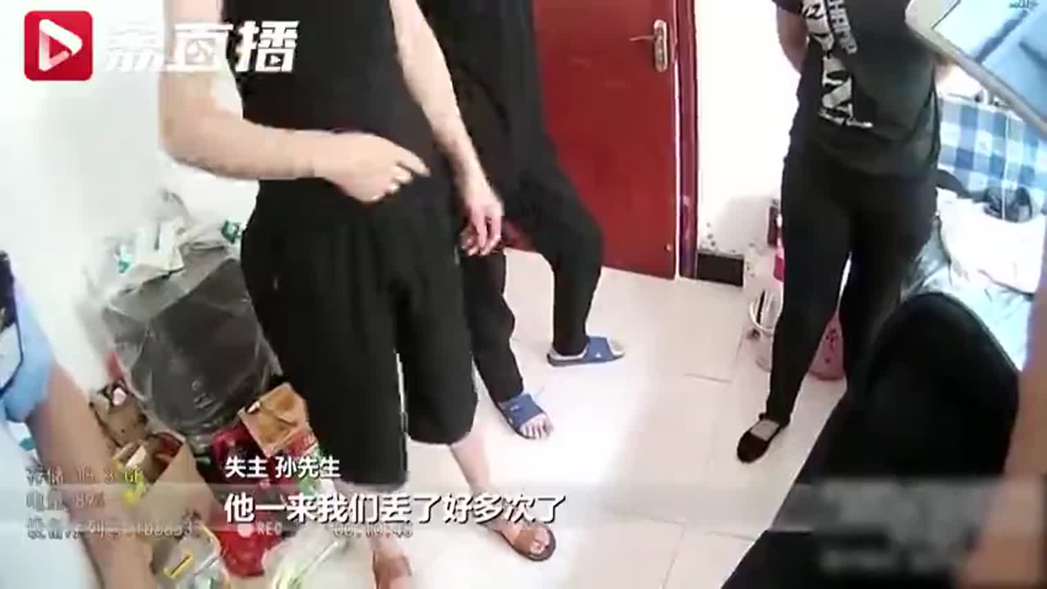 视频:主人偷拍小偷撬门被发现 下一秒小偷提刀冲上