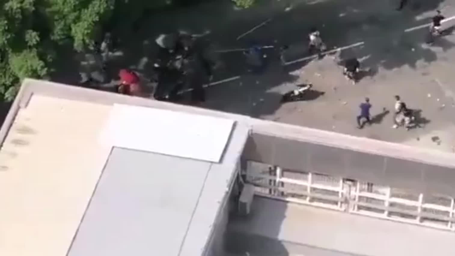 市平易近与黑衣人爆发冲突 七旬老夫被砖击中头部命危