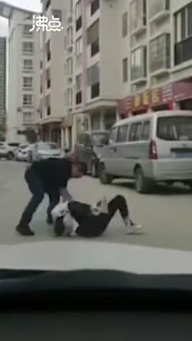 视频-女子街头遭男子拳打脚踢倒地 警方:两人系离