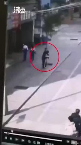 视频-男子街头骚扰女学生 女生挣脱后慌张跑开