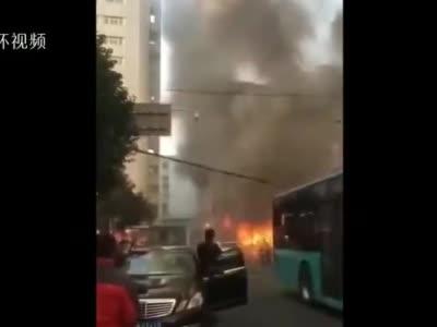 安徽蚌埠铁道大酒店附近突发大火 现场发生多次爆鸣