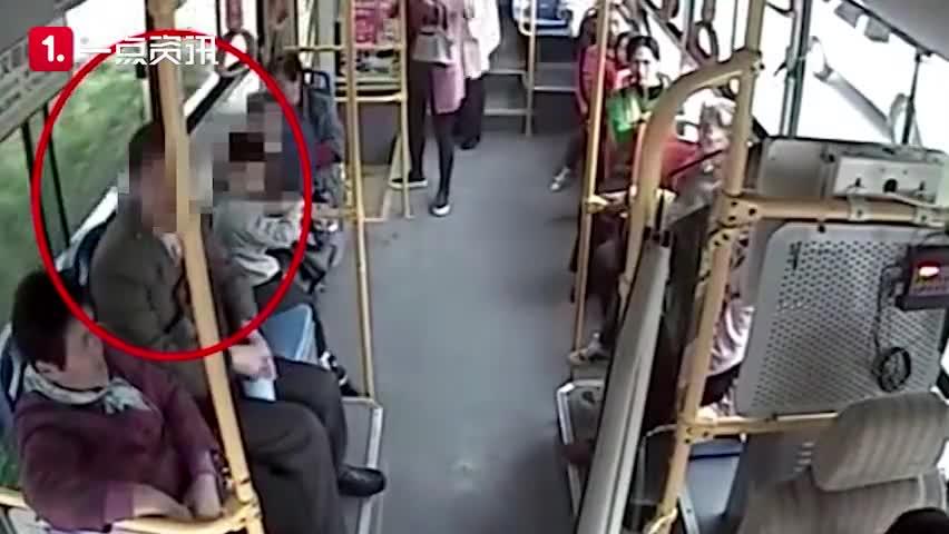 视频-4岁男童劝老人别逃票 被老人拿手提袋砸头