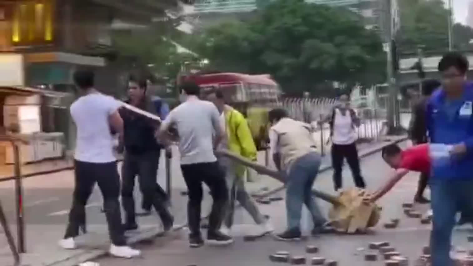 视频:香港市民清晨自发清理路障 警车鸣笛致谢