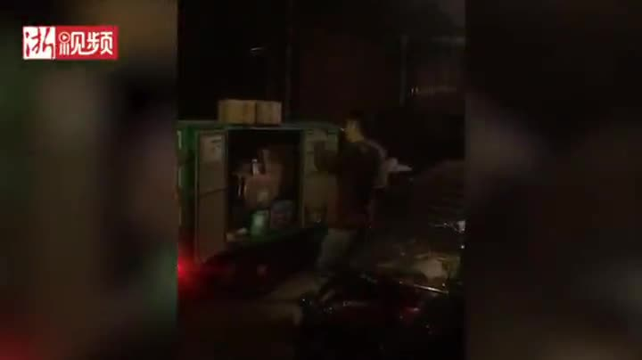 视频-快递员深夜送件 路灯下他为视频中的女儿跳了