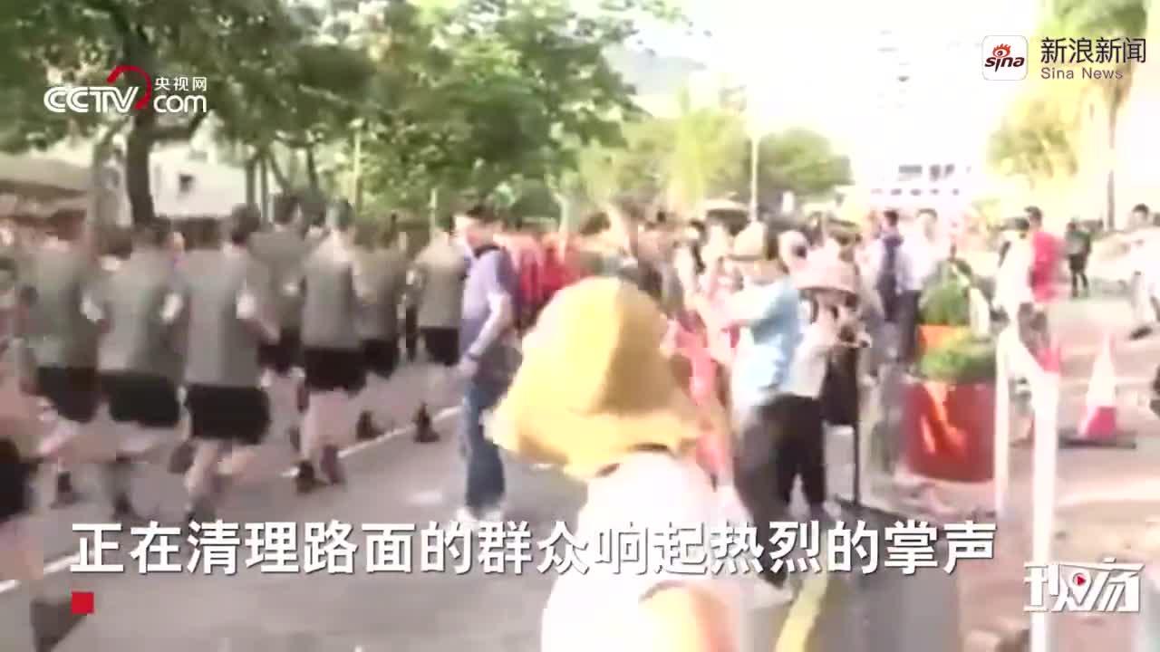 视频-驻港部队着便装帮助市民清理路障