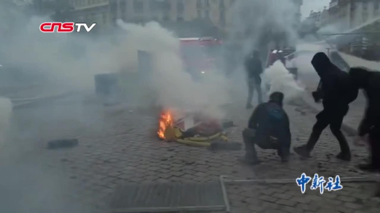 """视频-法国""""黄马甲""""运动一周年暴力示威重现 警方"""
