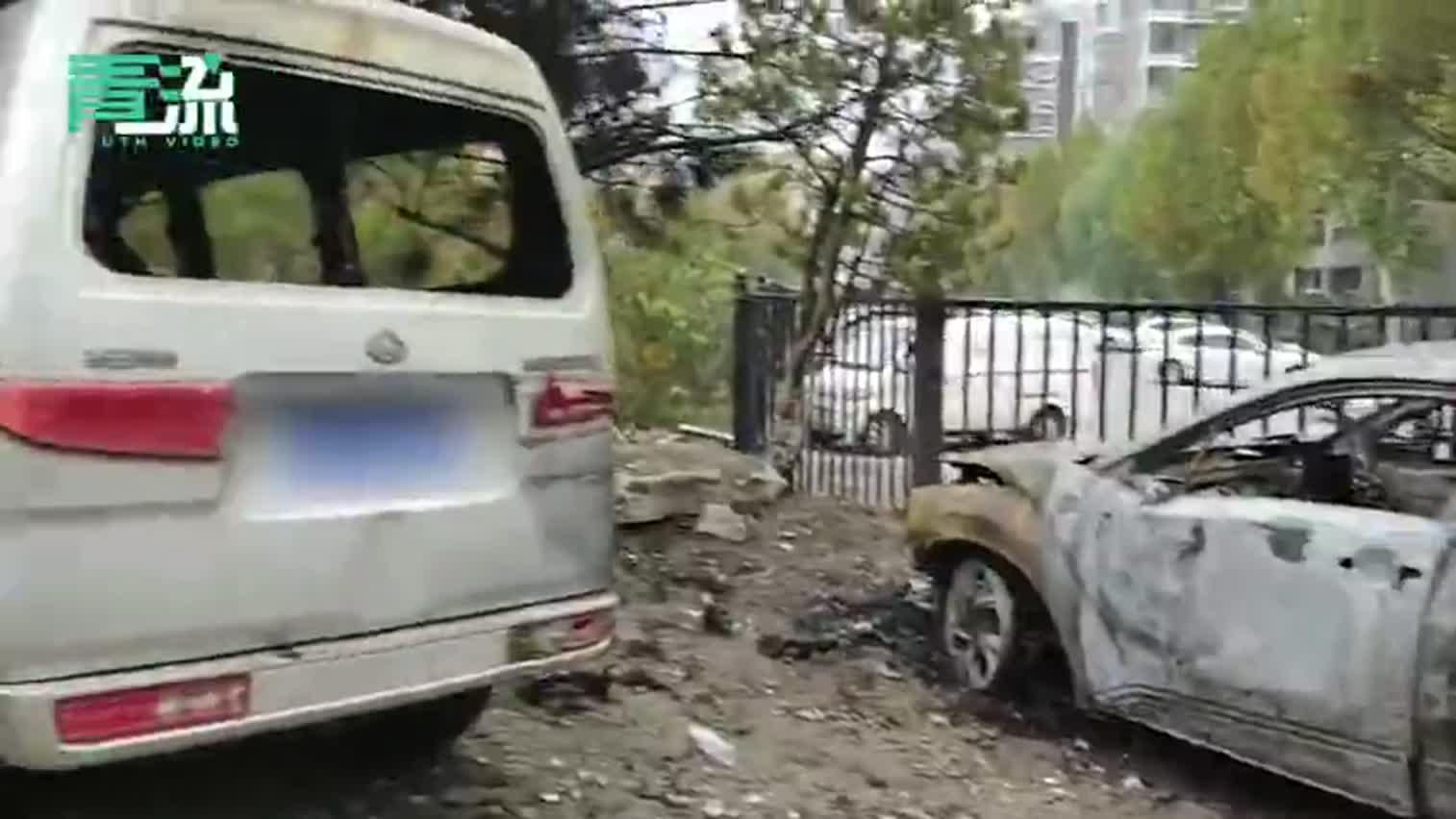 视频-小区外5辆车被烧 女车主:我这车第一次开回