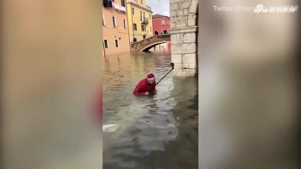 视频-威尼斯洪水围城!游客自拍踩空落水 还有人在