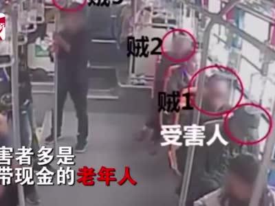 安徽一公交车上7名乘客4人是贼,前后左右包围老人盗窃