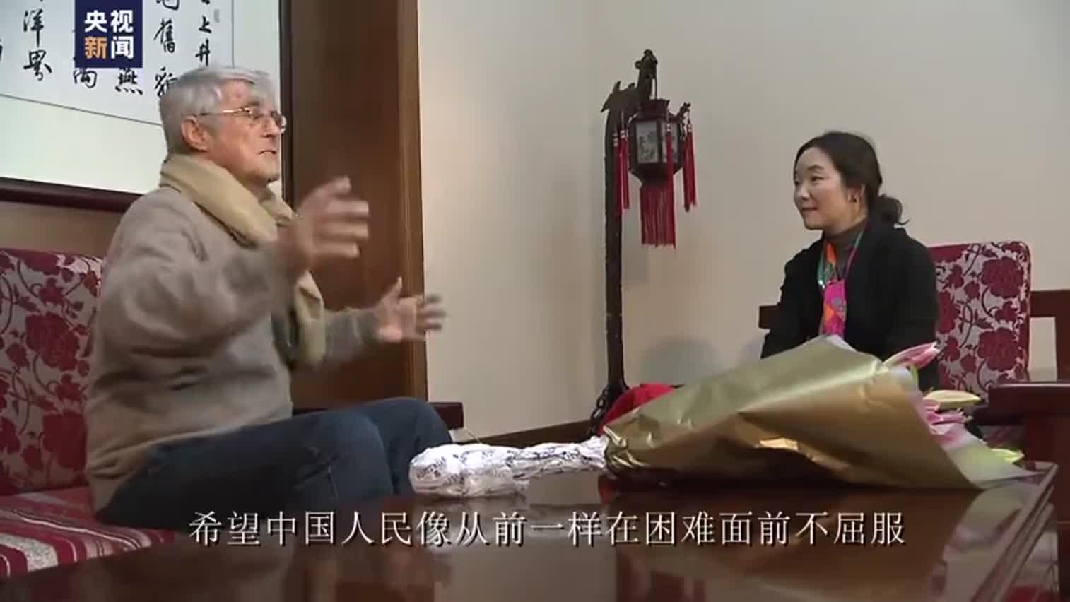 著名足球教练米卢用中文为中国战疫加油