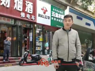 郑州街头电动车电池自燃起火 热心人拎着灭火器冲了上去